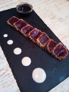 Tataki de atún rojo con ajoblanco - Restaurante El Pescaíto de la Bahía de Cádiz
