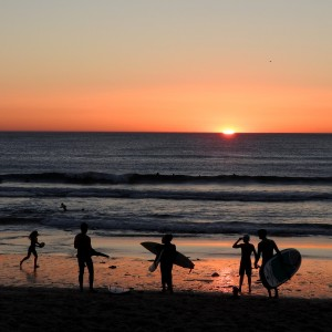 Bidart surfeurs coucher du soleil plage001 ©OT Bidart
