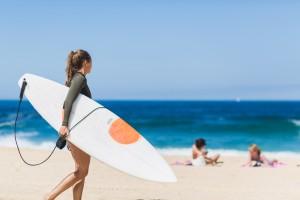 Surfeuse sur la plage ©Damien Dohmen
