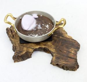 chocolate costrado con helado de violeta