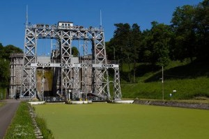 40668072-viejos-ascensores-barco-hidráulica-y-histórico-canal-du-centre-bélgica-patrimonio-de-la-unesco-el-elevador-