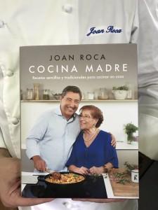 El libro Cocina Madre, en manos de su autor, Joan Roca