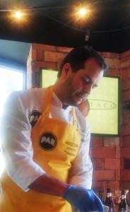 Leo Araujo manipulando uno de los quesos venezolanos