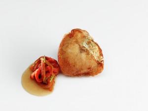 Merluza frita con hebras de pimiento txoricero. © José luis López de Zubiría