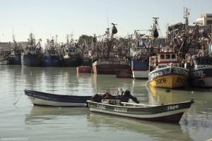 Vista a la bahía con botes comenzando las faenas pesqueras, Muelle Pesquero, Talcahuano, Región del Bio Bio.