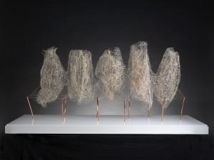 (MICHELLE SOSKINE) ANTONIO CRESPO. Pentámero 2018. Foix. Alfileres, fibras vegetales y alambre sobre metacrilato 70 x 60 x 138 cm