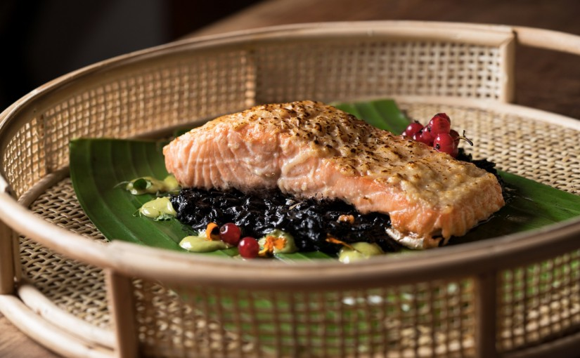 Lomo de Salmon a la leña con costra de pamesano sobre risoto nero de almejas 02
