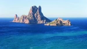 The rocky islands of Es Vedrá And Vedranell nearby the southest coast of Ibiza, Balearic Islands, Spain. Los islotes de Es Vedrá y Es Vedranell, cerca de la costa sudeste de Ibiza, Islas Baleares, España.
