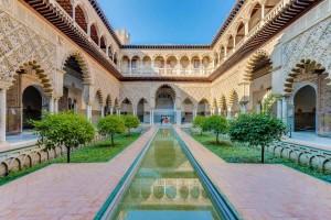 Real Alcázar de Sevilla, palacio fortificado compuesto por zonas construidas en diferentes etapas históricas. Aunque el palacio original se edificó en la Alta Edad Media, se conservan algunos vestigios de arte islámico y, de la etapa posterior a la conquista castellana, un espacio palaciego mudéjar y otro de estilo gótico. En reformas posteriores se añadieron elementos renacentistas, manieristas y barrocos.