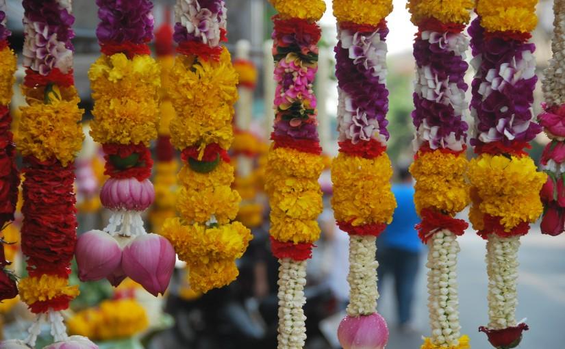 Mercado de ofrendas budistas. Bangkok, Tailandia.