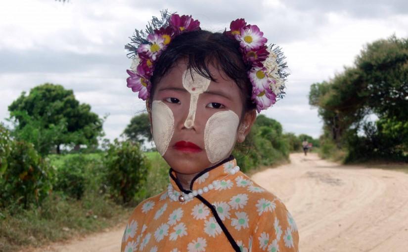 Tanaka en rostro infantil. Bagan, Myanmar.